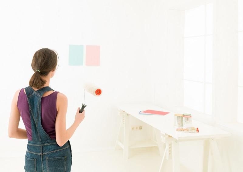 Jakie kolory wybrać do małych pomieszczeń – czy tylko biel?