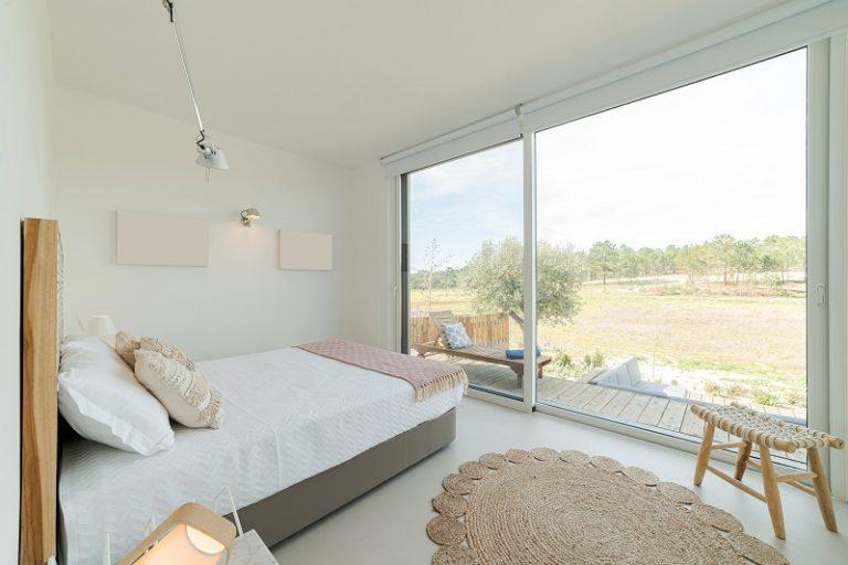 Sypialnia w domu mobilnym – kolory, meble, dodatki.
